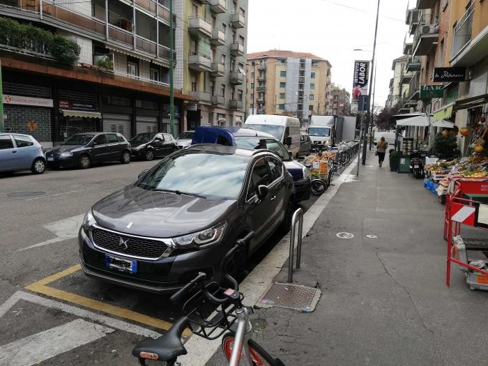 Bovisa: auto nella zona carico/scarico, 3 furgoni/camion tra doppia fila e parcheggio di traverso, il tutto a bloccare la rastrelliera bikemi